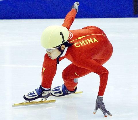 图文:短道速滑女子1000米A组决赛 王濛再摘银