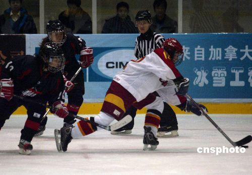 图文:女子冰球第三轮中国惜败日本 单骑闯关