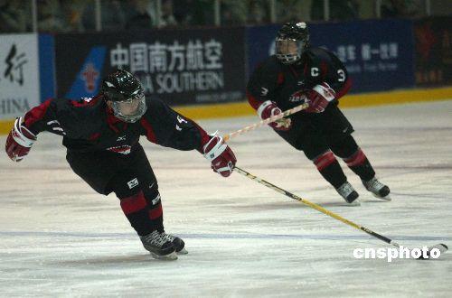 图文:女子冰球第三轮中国惜败日本 协同防守