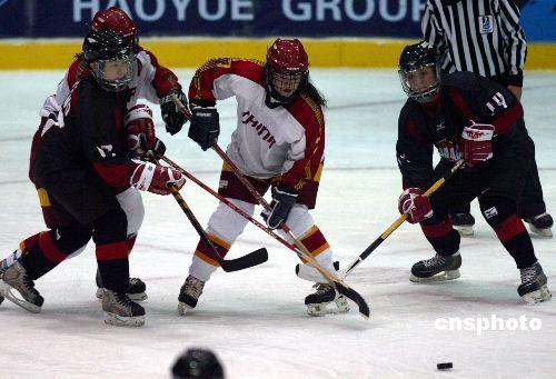 图文:女子冰球第三轮中国惜败日本 突出重围