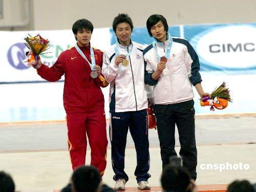 图文:速度滑冰男子100米决赛 于凤桐夺得银牌
