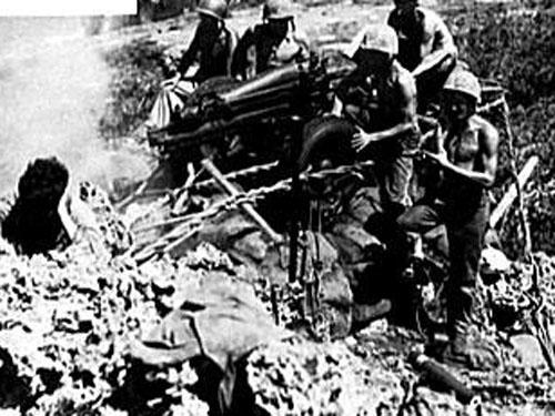 二战期间的塞班岛战役中,美军的一个炮兵阵地 [资料]