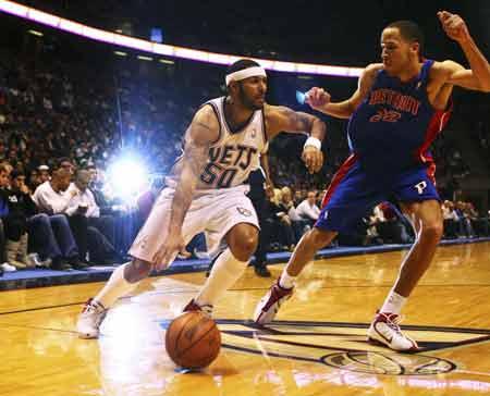 NBA图:活塞客场破网 埃迪-豪斯突破普林斯