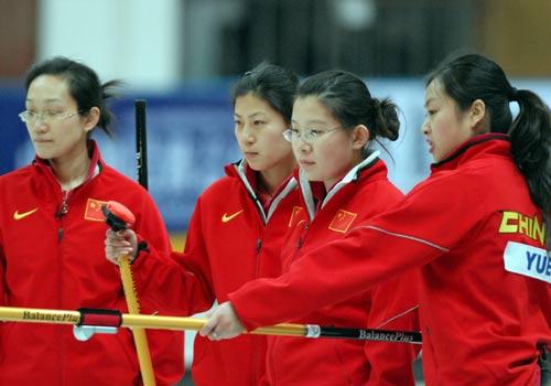 图文:女子冰壶中国5-9韩国 中国队员商量战术