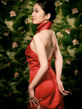 猪年当头 女星秀红裙