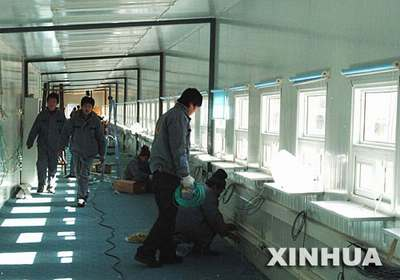北京西站搭建临时售票口方便旅客购票(组图)
