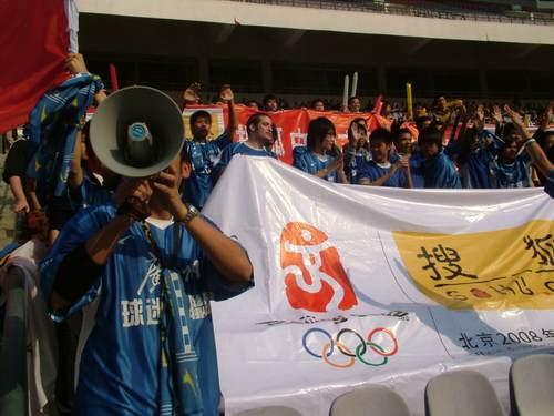 图文:中国女足VS美国 球迷为女足加油