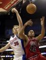 NBA图:快船胜公牛 卡曼与布朗争球
