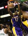 NBA图:湖人胜凯尔特人 拜纳姆在比赛中扣篮