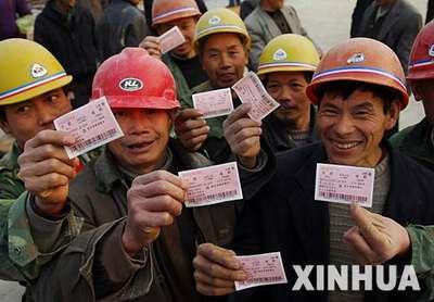 图文:合肥火车站为农民工购票提供方便