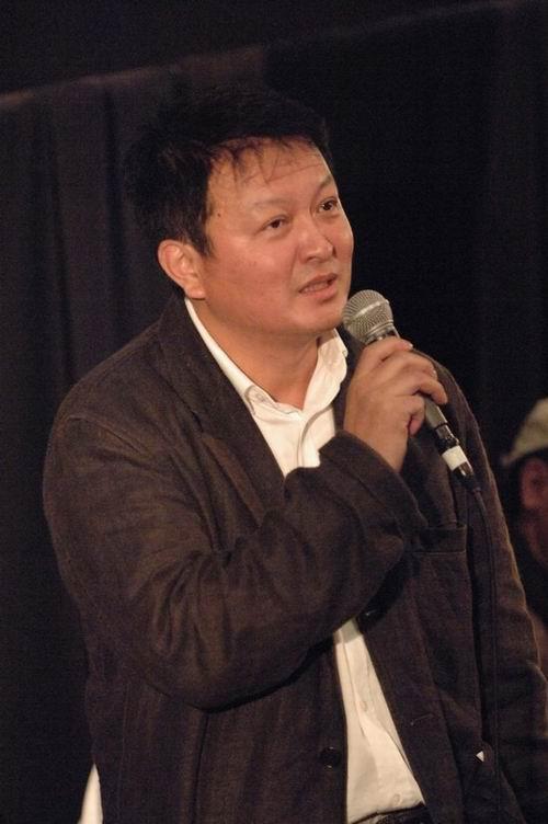 图:冯小刚、杨亚洲挺编剧李唯