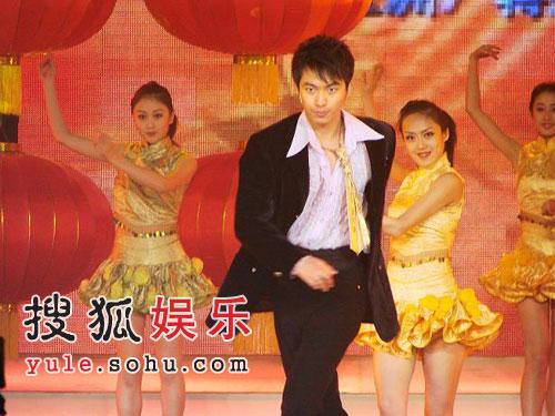 杜俊泽央视4套春晚秀展歌舞 帅气备受瞩目(图)
