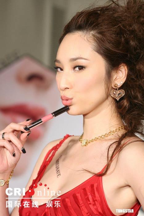 吴佩慈代言彩妆秀性感双唇 火红低胸礼服露乳沟