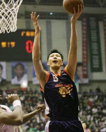 CBA图:陕西VS广东宏远 易建联单手上篮