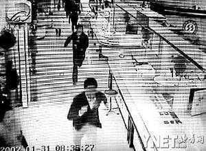 监控拍下歹徒抢劫全过程