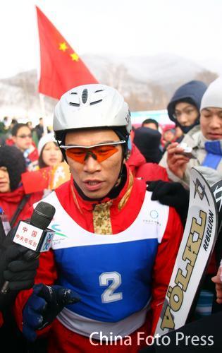 图文:亚冬会男子自由滑雪一举夺魁 兴奋韩晓鹏
