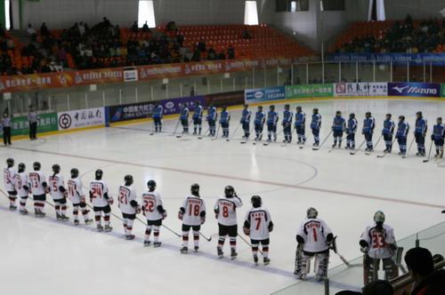 图文:亚冬会女子冰球冠军争夺战 列阵对垒