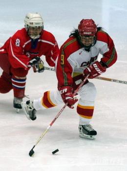图文:亚冬会女子冰球中朝决战 如影随形