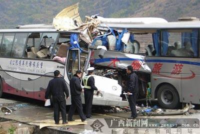 广西发生特大车祸 大巴相撞13人死亡77人伤(图)