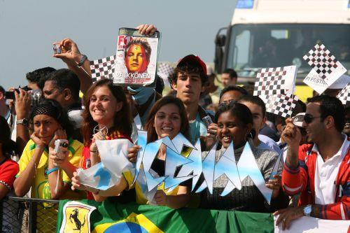 图文:阿联酋将在09年举办F1 雷克南的粉丝
