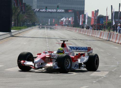 图文:阿联酋将在09年举办F1 小舒马赫进行表演