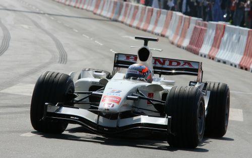 图文:阿联酋将在09年举办F1 克莱恩驾车行进