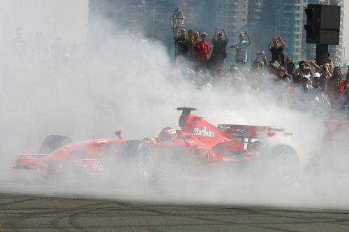 图文:阿联酋将在09年举办F1 雷克南表演特技