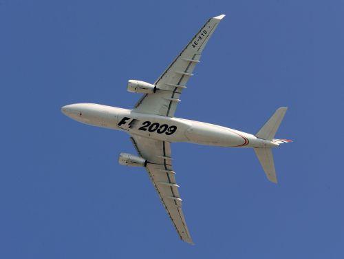 图文:阿联酋将在09年举办F1 飞机底部的标志