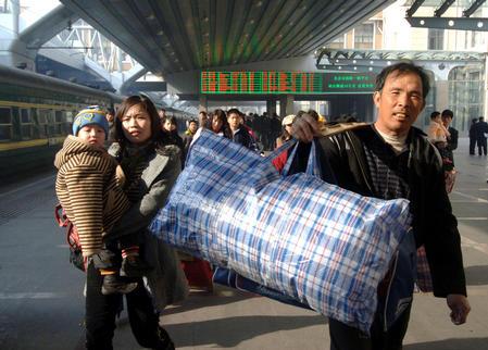 组图:北京开出春运首趟民工专列 近千民工乘坐