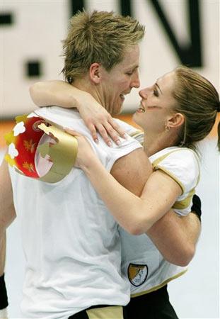 图文:男子手球世界杯德国夺冠 女球迷赠送皇冠