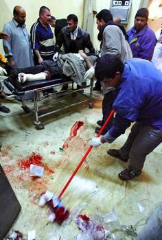 2月3日,巴格达一家医院的工作人员在清扫手术室地面上的血迹.