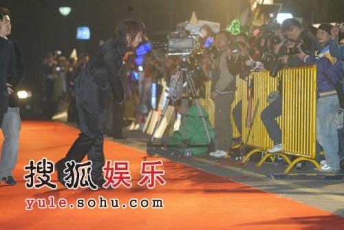 组图:李俊基上海引粉丝狂追 春节给大家拜年
