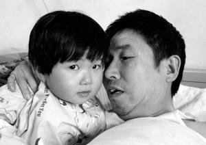妈妈去世爸爸车祸入院 3岁女童病房里安家(图)