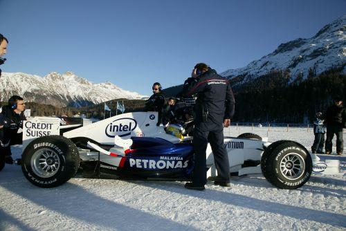 图文:海德菲尔德体验冰上驾驶 紧张调试赛车