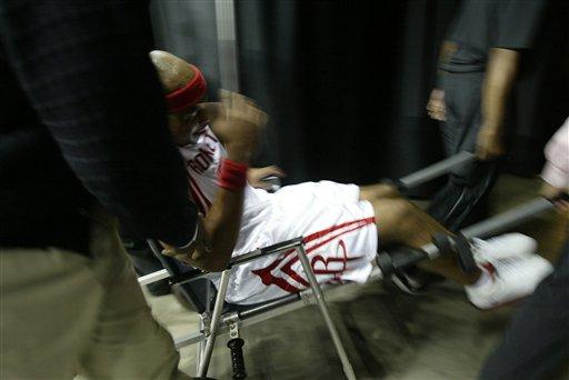 图文:NBA森林狼VS火箭 维尔士受伤被抬出场