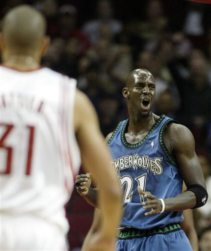 图文:NBA森林狼VS火箭 加内特得分怒吼