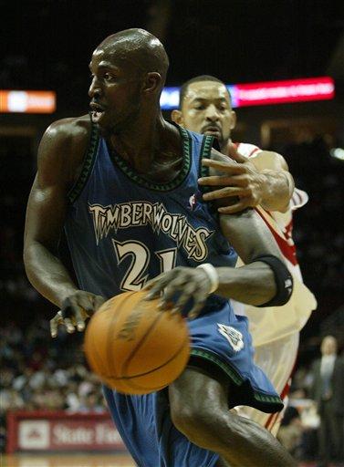 图文:NBA森林狼VS火箭 鹰爪挡不住加内特