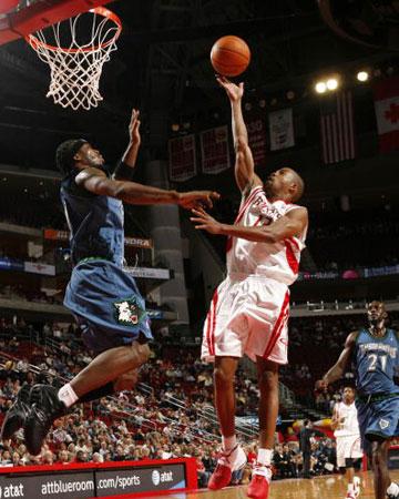NBA图:火箭VS森林狼 阿尔斯通单手上篮