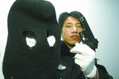 郑州一男子凌晨持仿真枪抢劫加油站1200元(图)