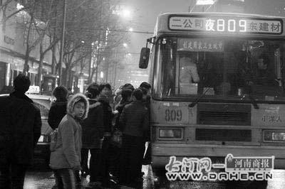 郑州市民回家没车坐 人大建言公交延长时间(图)