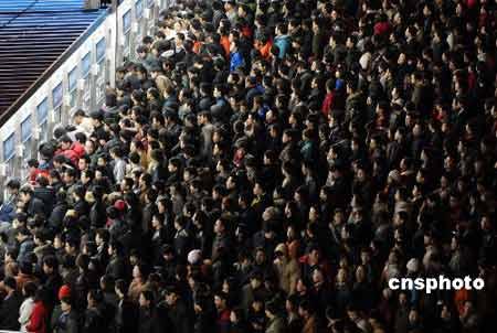 图文:春运第四天 北京西站聚满购票人群