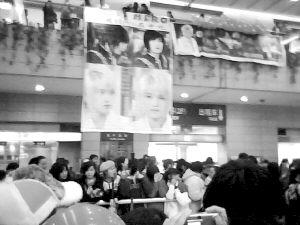 东方神起拍广告试人气 忠实歌迷机场连夜守候