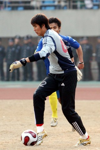 图文:热身赛国足VS哈萨克斯坦 宗磊戏耍对手