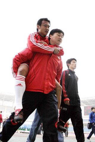 图文:国足VS哈萨克斯坦 徐云龙带伤观战