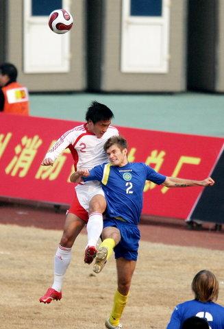 图文:热身赛国足VS哈萨克斯坦 杜威头球解围