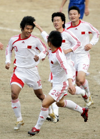 图文:热身赛国足VS哈萨克斯坦 韩鹏庆祝进球