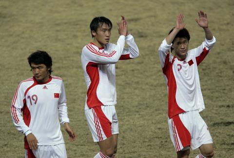 图文:热身赛国足2-1哈萨克斯坦 国脚感谢球迷