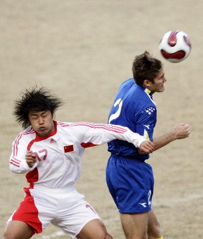 图文:热身赛国足2-1哈萨克斯坦 杜震宇拼抢