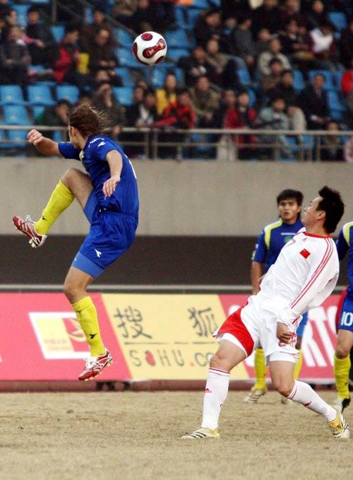 图文:中国队2-1哈萨克斯坦 双方队员争顶头球