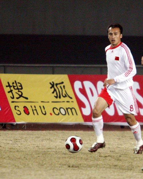 图文:中国队2-1哈萨克斯坦 陶伟带球突破